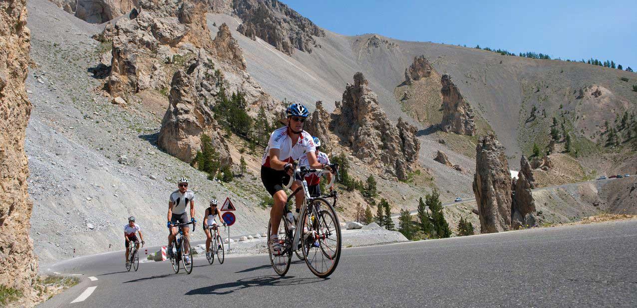 cyclistes-col-Izoard-casse-deserte