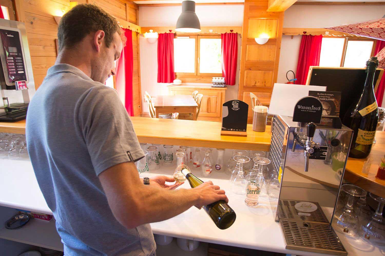 hotel-echaillon-barman